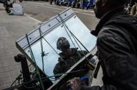 Michel, de Senegal, es mecánico de profesión y aspira a montar su propio taller. (http://daniplanaslabad.com/documentary/rusty-dreams)