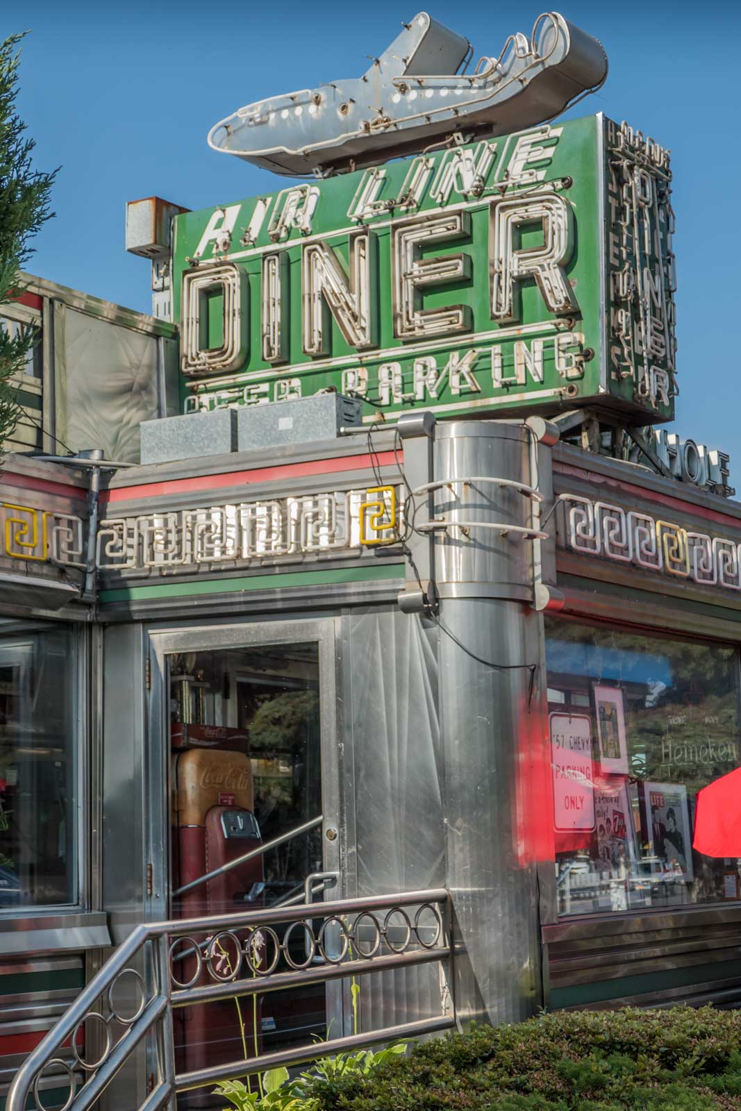Jackson-Hole-Airline-Diner--Astoria-Queens-NYC-1067x1600