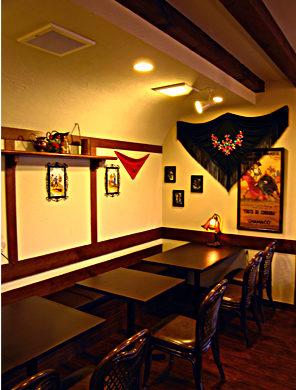 店舗(スペイン料理店)付き住宅の設計・デザイン、テナントからの移転をしたスペイン料理パンプローナの半個室テーブル席