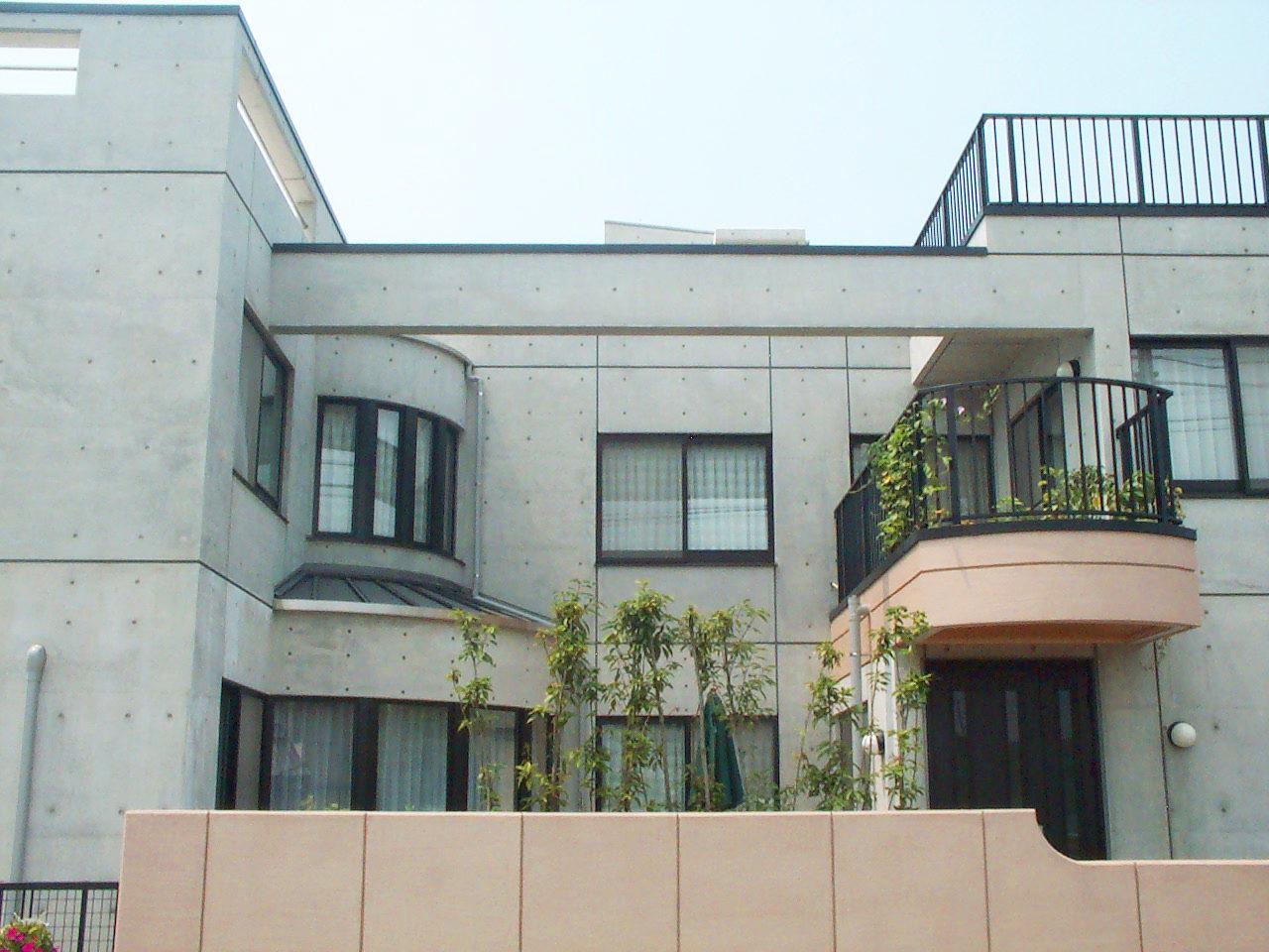 三世帯同居注文住宅の設計・デザインをしたバリアフリー鉄筋コンクリート造打ち放し住宅の中庭
