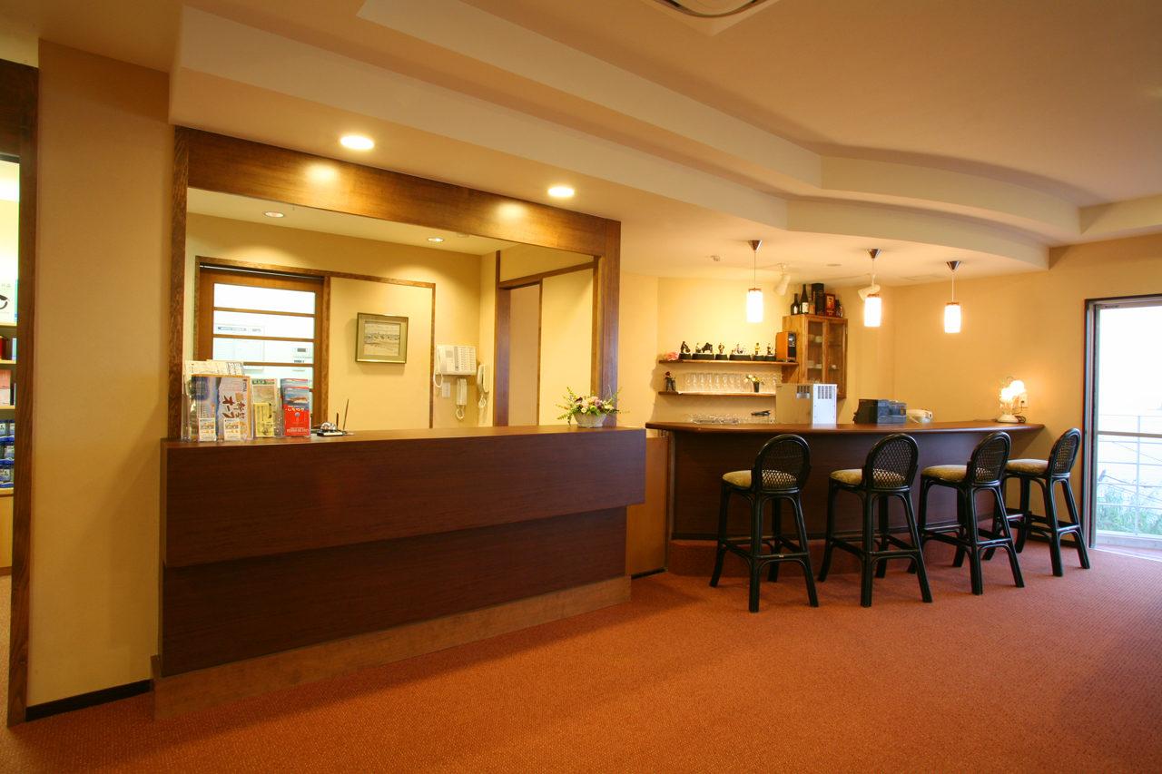 日間賀島で設計・デザインをした民宿・旅館の癒しの宿風車の受付カウンターとバーカウンター
