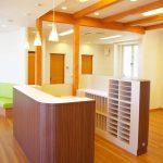 接骨院の機能的な受付カウンターのデザイン、設計|店舗付き住宅たけだ接骨院