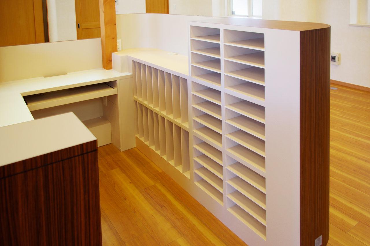 接骨院の機能的な受付カウンター、カルテ棚のデザイン、設計 店舗付き住宅たけだ接骨院
