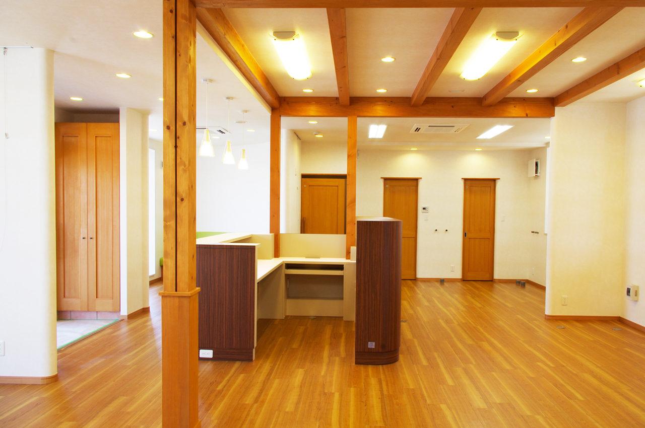 接骨院新築設計、デザインをした施術室の受付カウンター、カルテ棚|店舗付き住宅たけだ接骨院