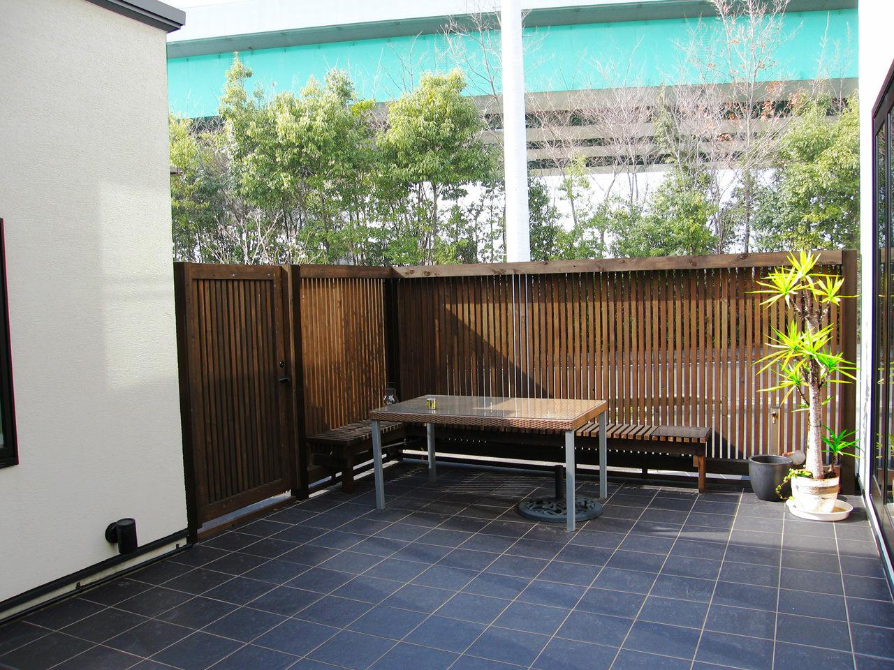 ねこと暮らす中庭を囲むコの字型の事務所付き住宅の新築設計、デザイン