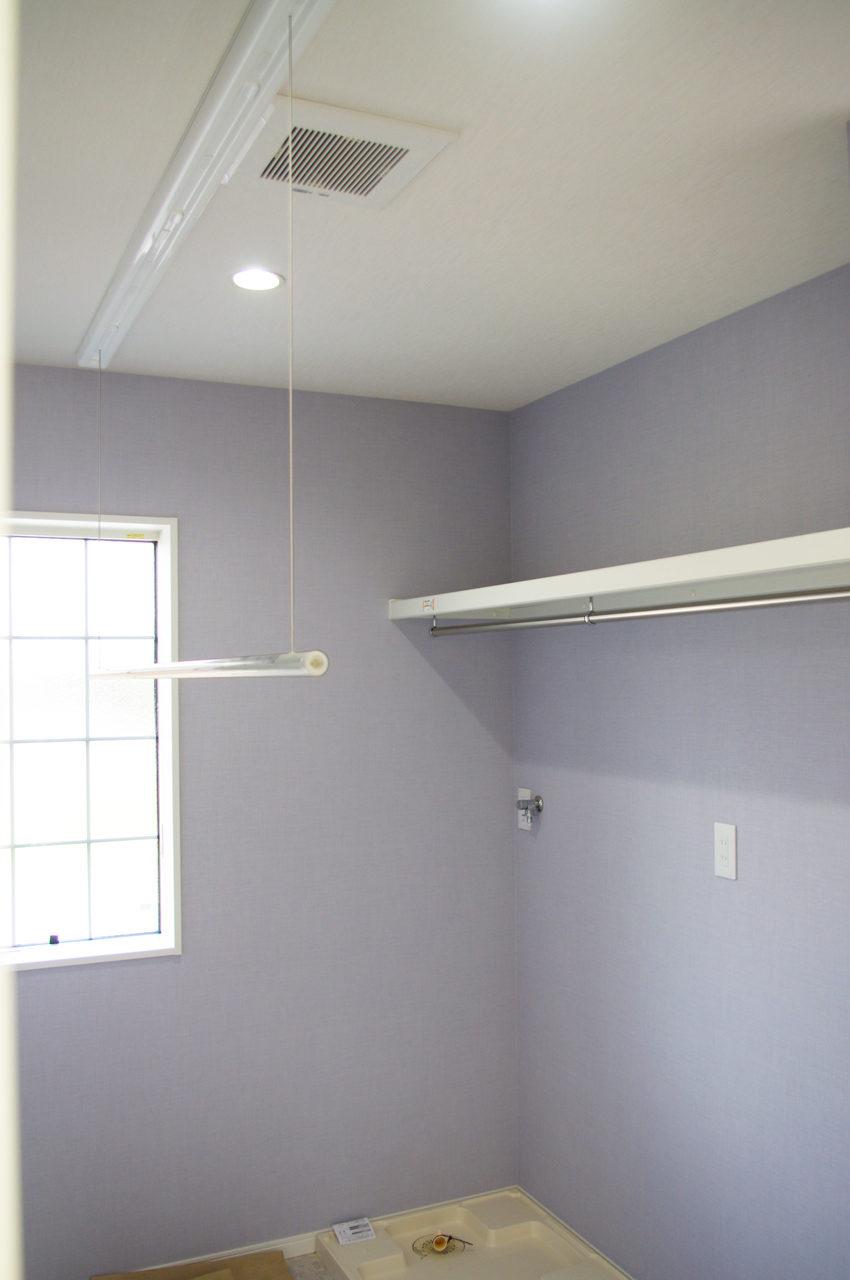 室内物干しユニットホシ姫サマ付きの洗面脱衣室のあるかわいい注文住宅の新築設計、ローコストデザイン