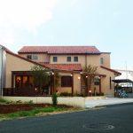 沖縄風のおしゃれでかわいい美容院・美容室併用注文住宅の新築設計、店舗デザイン