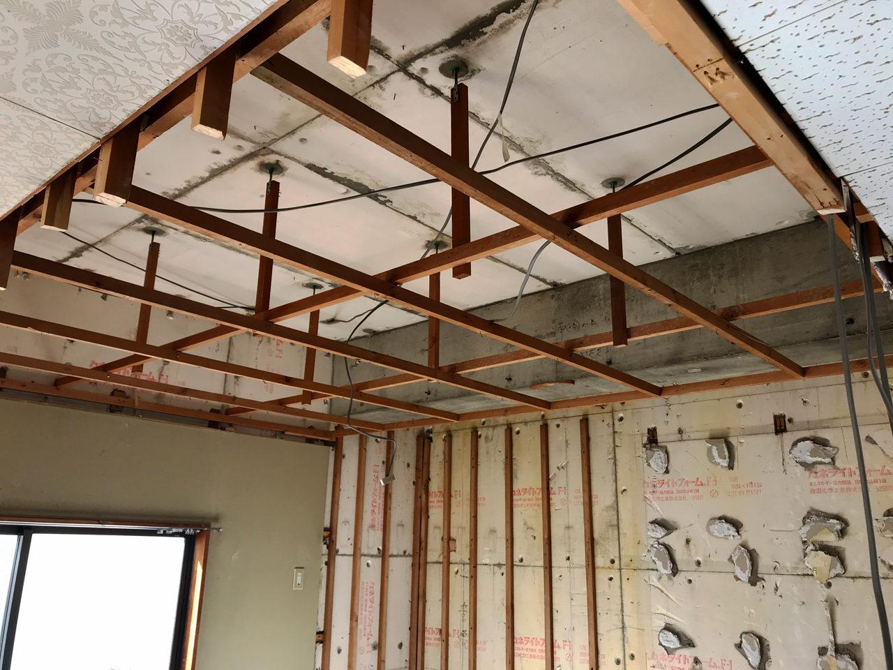 空き家を賃貸マンションへリノベーション工事の二階天井解体工事