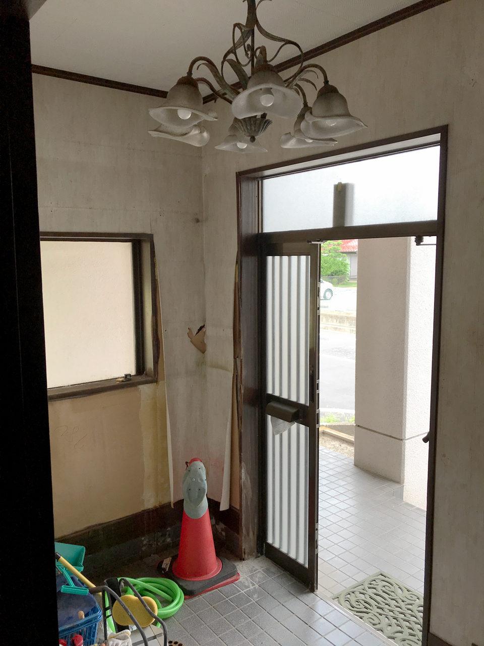 賃貸マンションのリノベーション改装工事の設計、デザインの既設1階玄関と玄関ホール