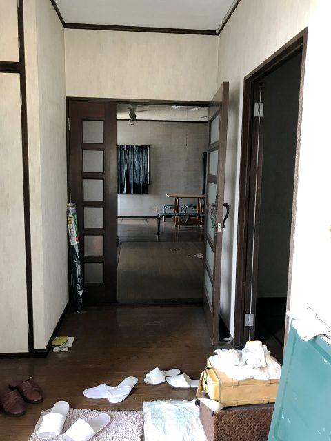 空き家を賃貸マンションへリノベーション改装設計、デザインの1階既設玄関ホール