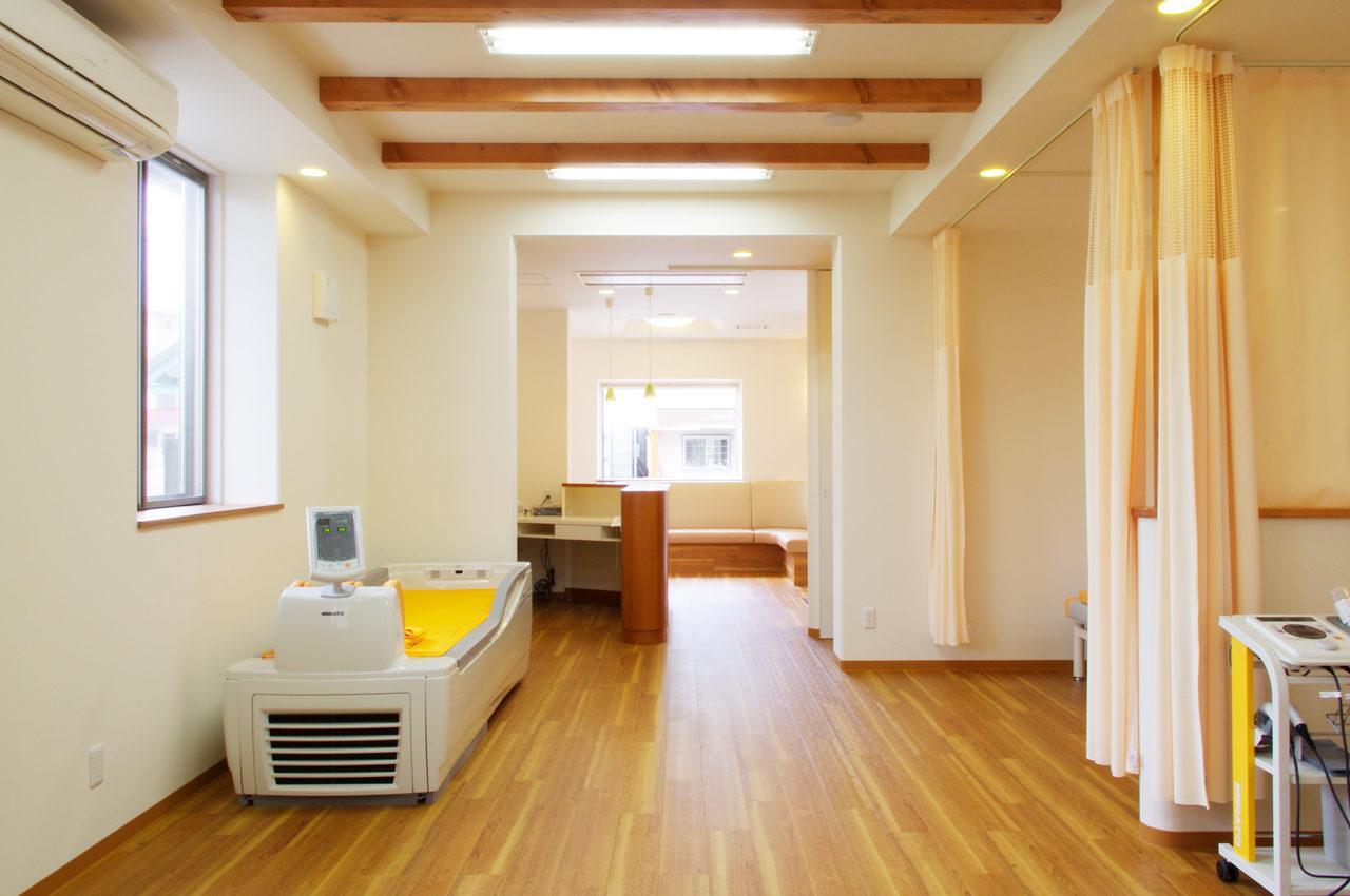 設計した店舗併用住宅の施術室と受付カウンター