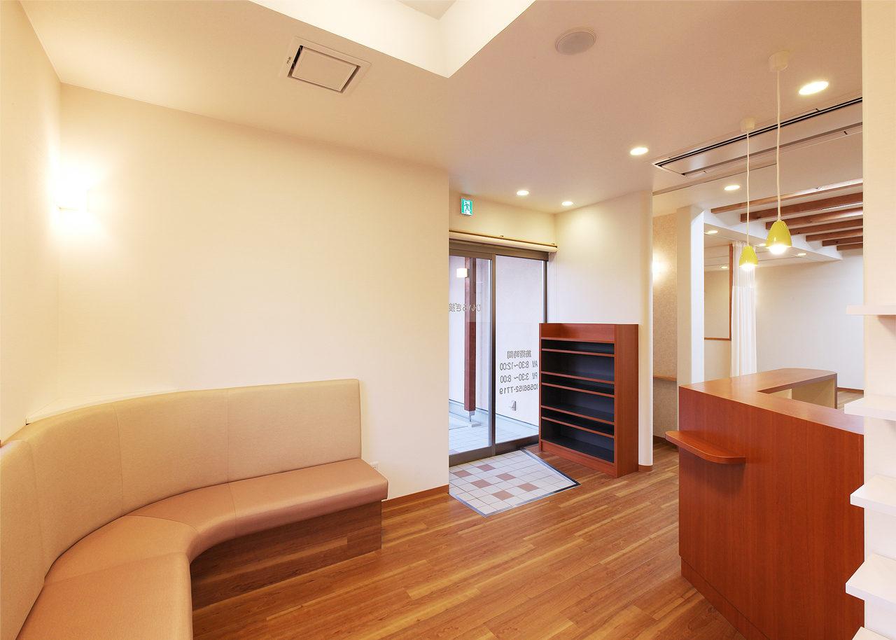 一宮市で設計した接骨院併用住宅の待合室