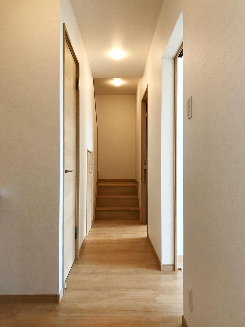 明るい廊下のある二世帯住宅の設計、デザイン