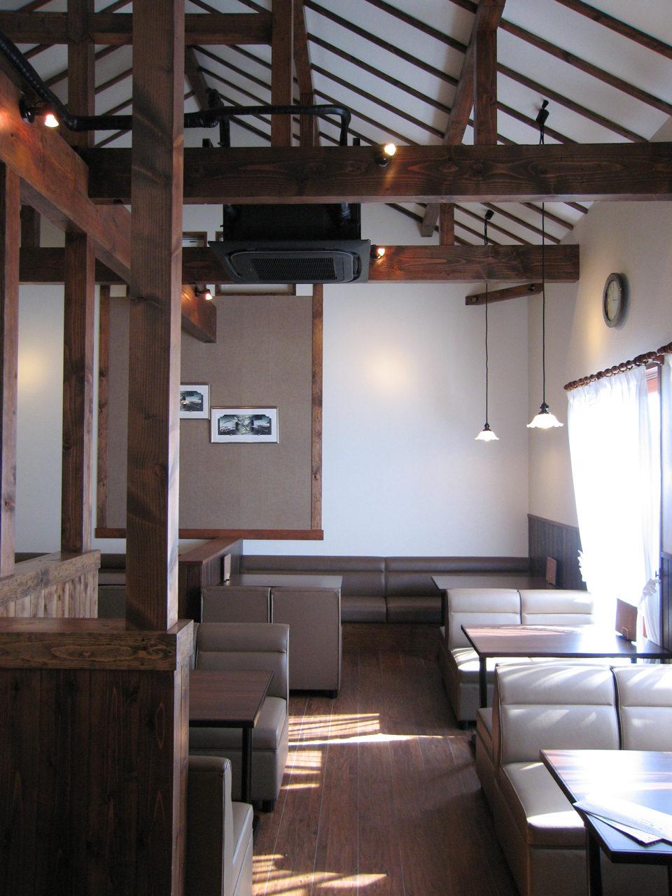 梁の見える天井の高い喫茶店のデザイン、設計|一宮市