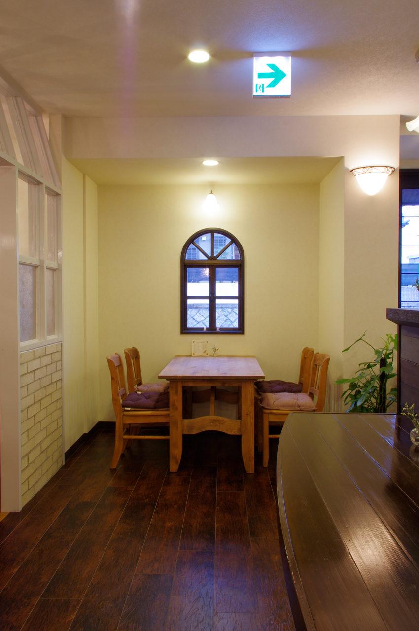 店舗デザイン、設計したカフェとギャラリーのテーブル席|名古屋市