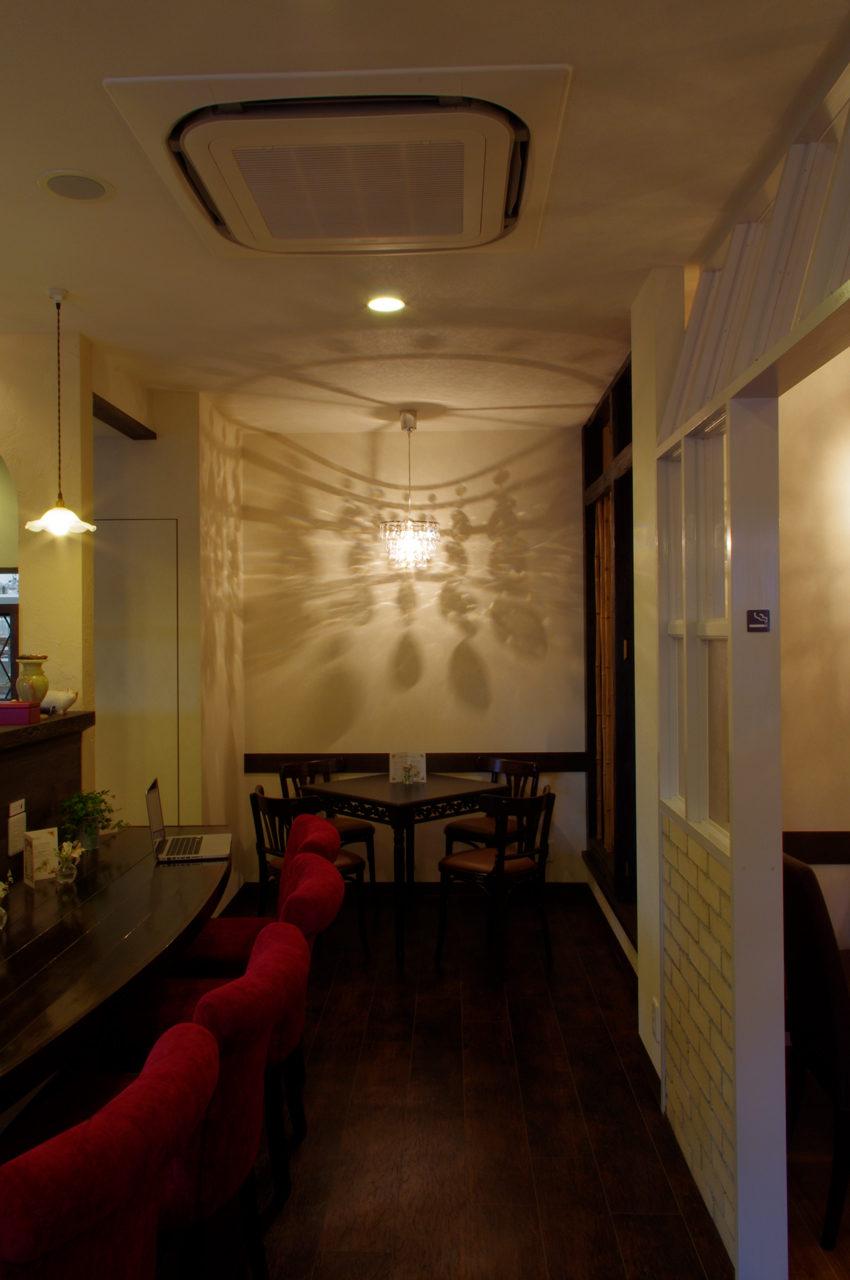 シャンデリア席のあるギャラリーとカフェの店舗デザイン、設計|名古屋市