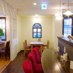 ラン設備付きカウンター席のある名古屋市のギャラリーとカフェの店舗デザイン、設計