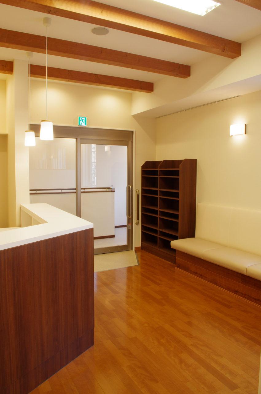 鍼灸接骨院の待合室、バリアフリー玄関の新築設計、デザイン|名古屋市
