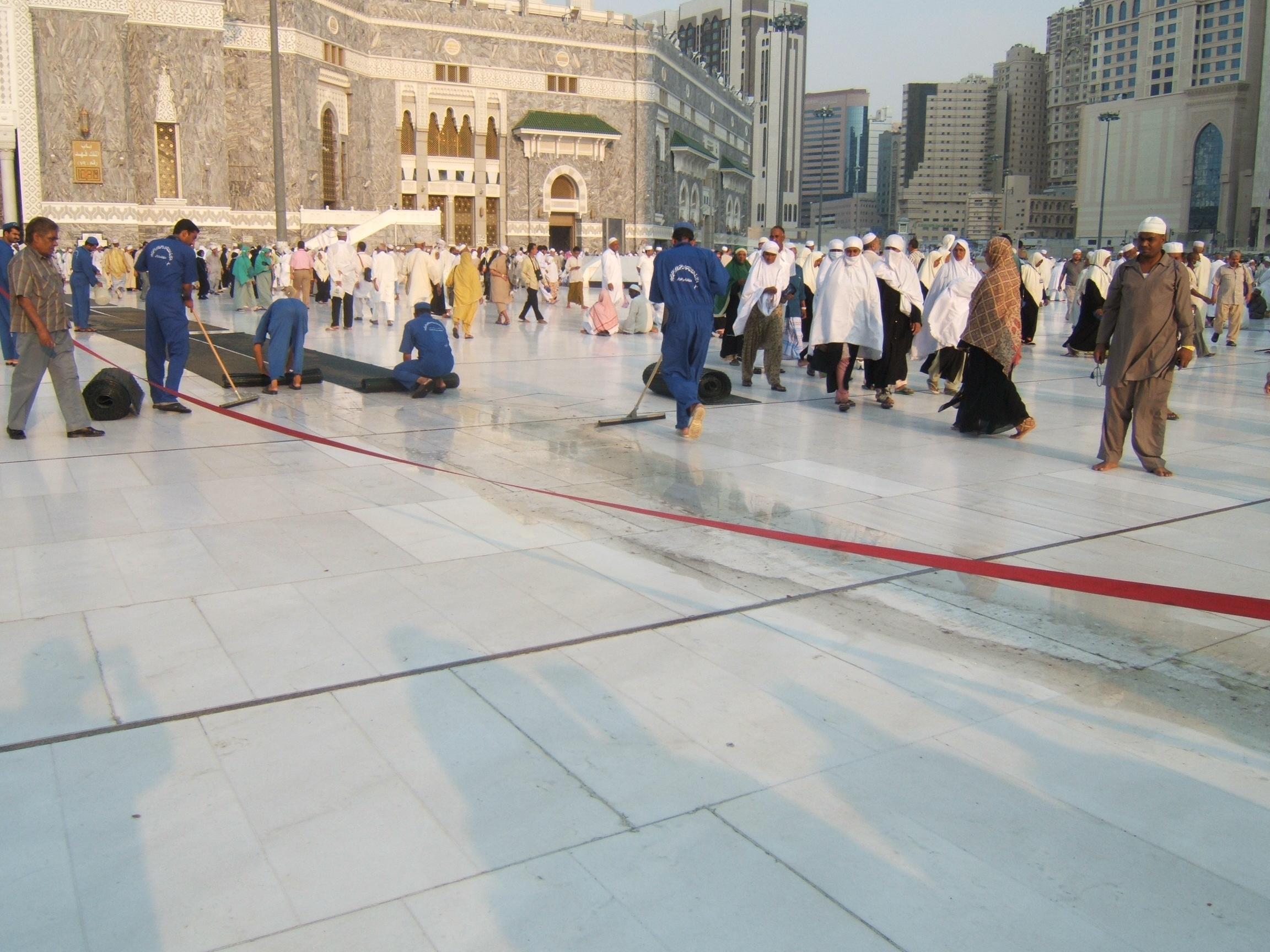 """Gulung karpet pasang kembali"" puluhribuan jamaah tumpah ruah, membuat kotor dan berbau lantai Masjidil Haram, dengan cekatan petugas pembersihan priodik membersihkannya."