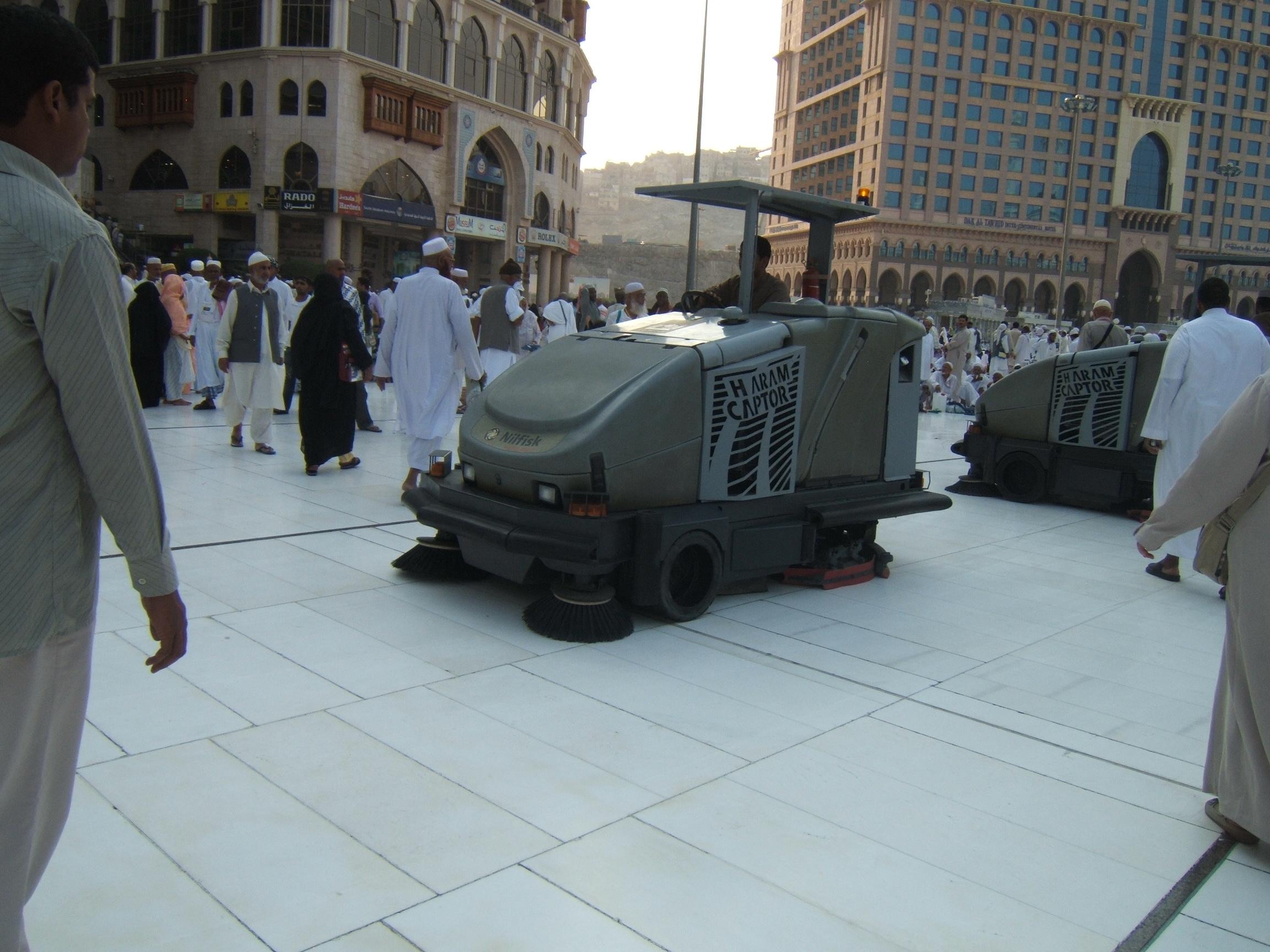 Mesin alat pembersih lantai ini puluhan jumlah nya dioperasikan baik di Masjdidil Haram maupun di Masjid Nabawi di Madinah.