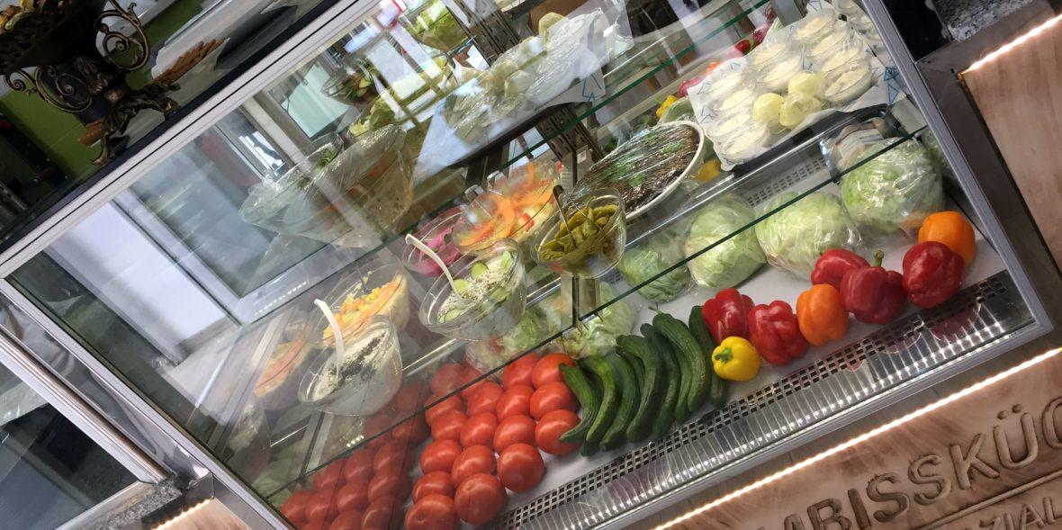 Frischetheke mit Gemüse und Nachtisch
