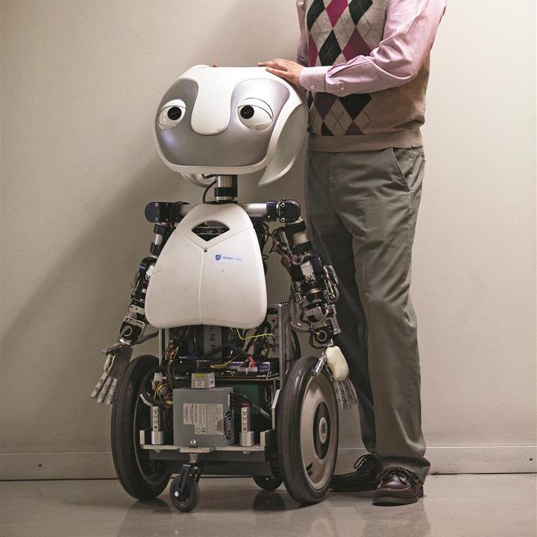 Vizzy robot with prof. Bernardino