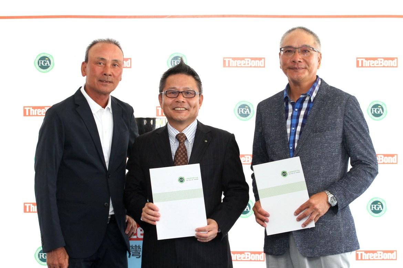 ThreeBond香港有限公司社長兼重道雄(中)和TPGA理事長謝錦昇(右)簽約繼續贊助挑戰巡迴賽,挑戰賽執行長陳志忠(左)(鍾豐榮攝影)50011893 (1)