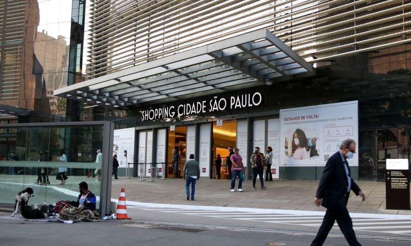 Movimentação no comércio de São Paulo após reabertura.