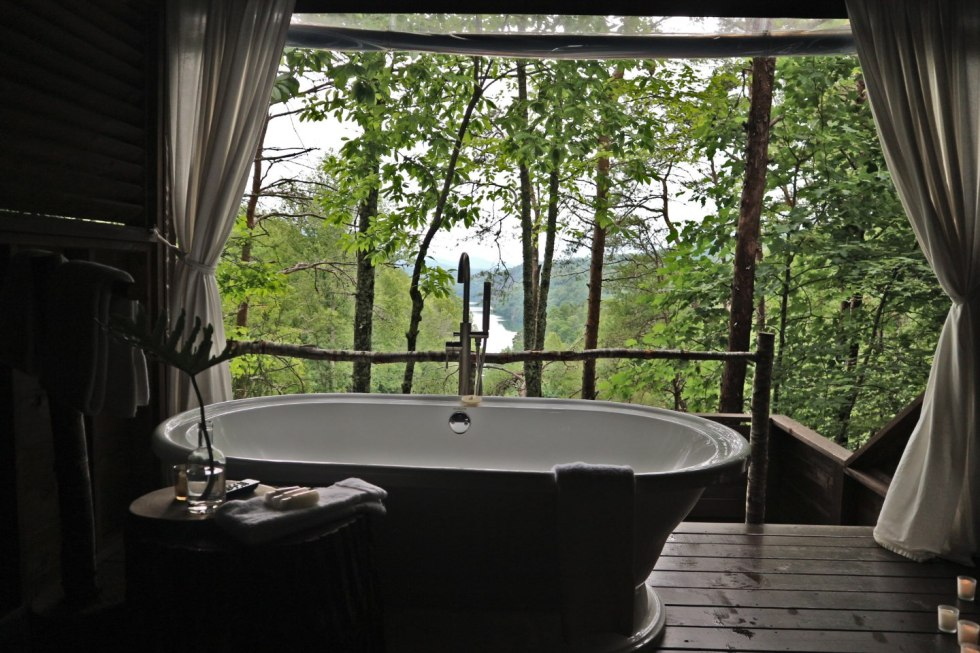Local Love: 10 Best Places to Photograph in North Carolina - I'm Fixin' To - @mbg0112 | Best Places to Photography in North Carolina by popular N.C. lifestyle blog, I'm Fixin' To: image of the Treetop Soaking Tub at Lakeview at Fontana.