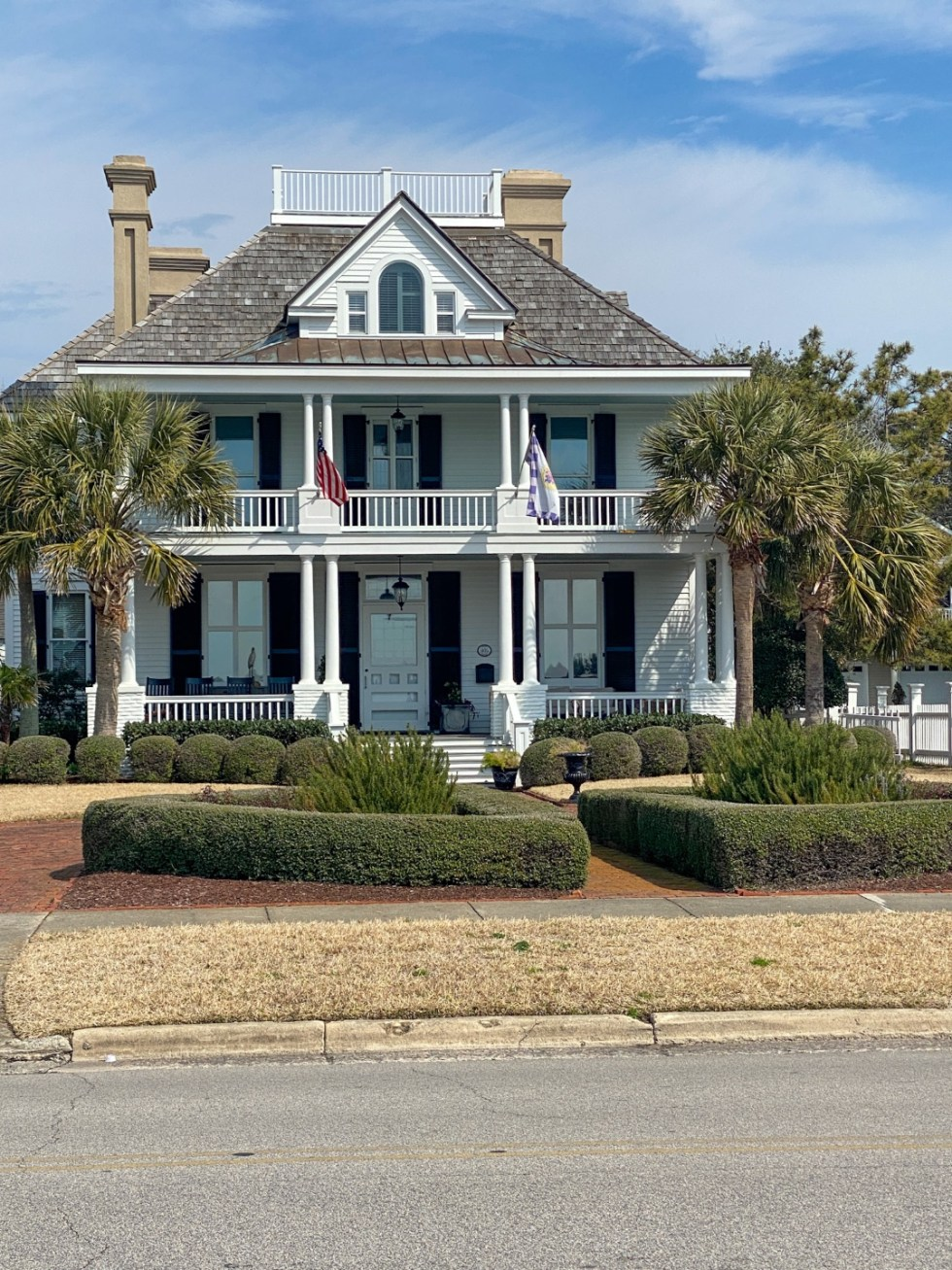 Weekend Travel: The Best Things to Do in Beaufort NC in 48 Hours - I'm Fixin' To - @imfixintoblog |Things to Do in Beaufort NC by popular NC travel blog, I'm Fixin' To: image of a white southern colonial house.