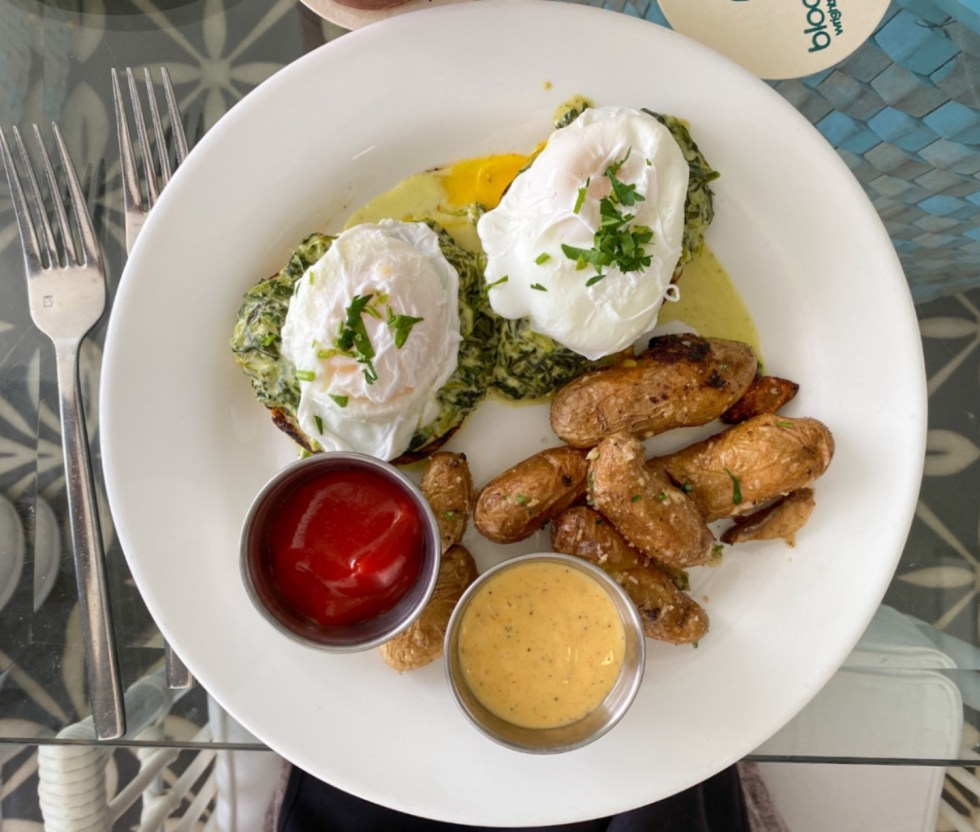 A Spring Weekend in Wilmington, NC: the Best Things to Do - I'm Fixin' To - @imfixintoblog |Weekend in Wilmington by popular NC travel blog, I'm Fixin' To: image of eggs benedict and fried potatoes.