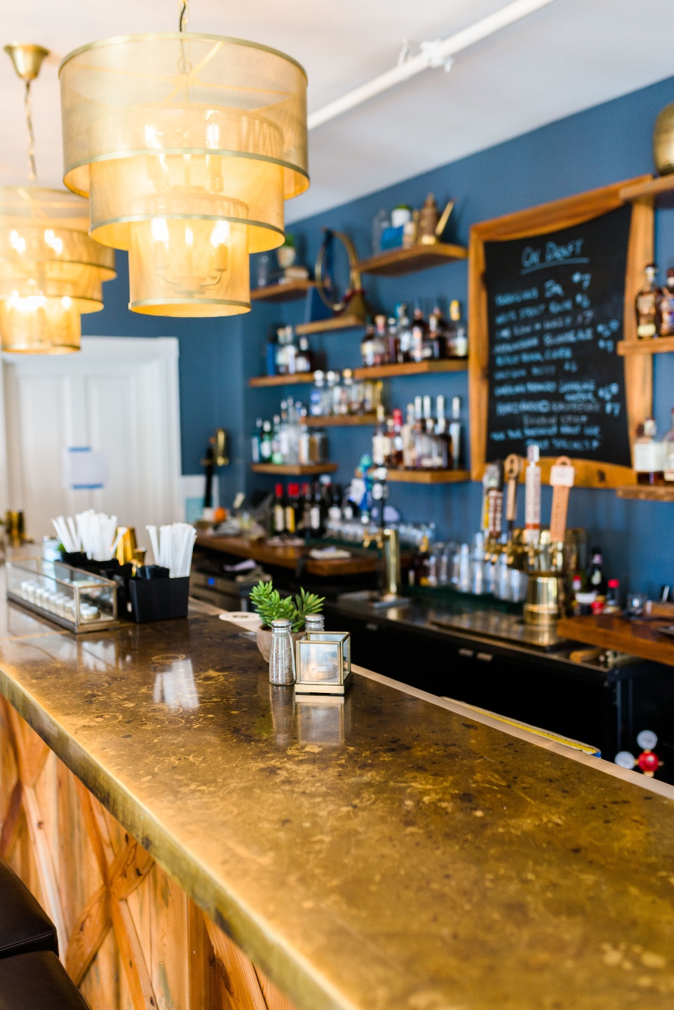 Places to Stay: The Colonial Inn in Hillsborough NC - I'm Fixin' To - @imfixintoblog |The Colonial Inn Hillsborough NC by popular NC travel blog, I'm Fixin' To: image of a bar with a gold counter top.