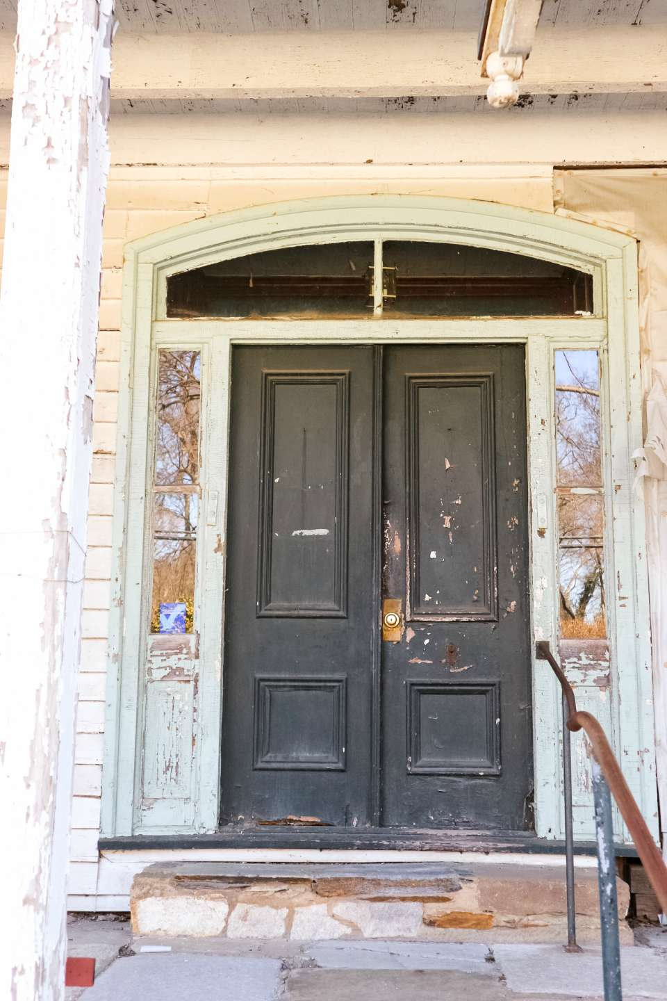 Places to Stay: The Colonial Inn in Hillsborough NC - I'm Fixin' To - @imfixintoblog |The Colonial Inn Hillsborough NC by popular NC travel blog, I'm Fixin' To: image of black painted double doors with peeling paint.