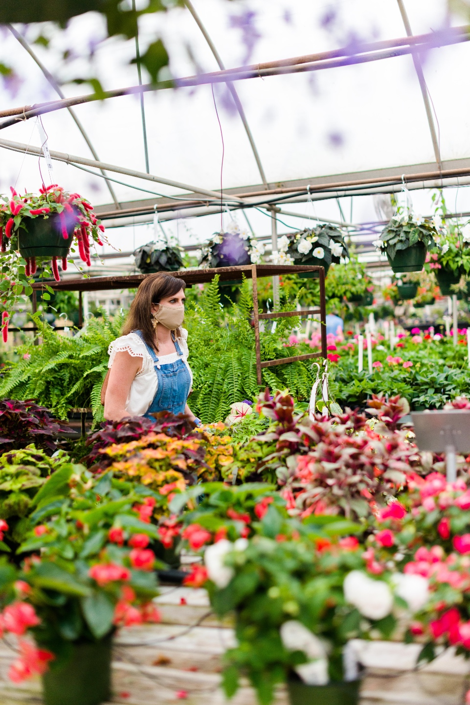 5 Spring Planting Tips with Fairview Garden Center - I'm Fixin' To - @imfixintoblog |Best Plants to Plant in Spring by popular NC lifestyle blog: image of a woman at the Fairview Garden Center.