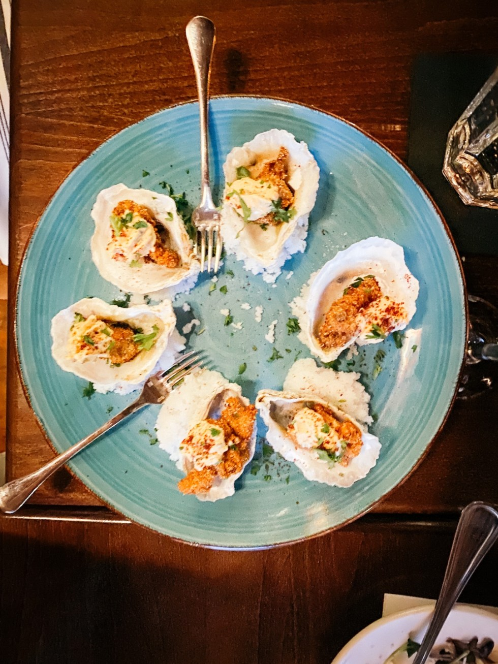 Raleigh Oyster Crawl: a Complete Guide to the Best Local Oyster Bars - I'm Fixin' To - @imfixintoblog | Raleigh Oyster Crawl by popular North Carolina blog, I'm Fixin' To: image of oysters on a blue plate.