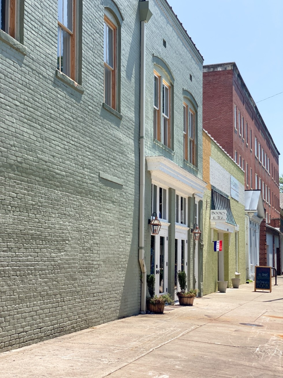 Top 10 Best Things to Do in Edenton, NC: A Complete Travel Guide - I'm Fixin' To - @imfixintoblog | Edenton Travel Guide by popular NC travel guid, I'm Fixin' To: image of colorful brick buildings.