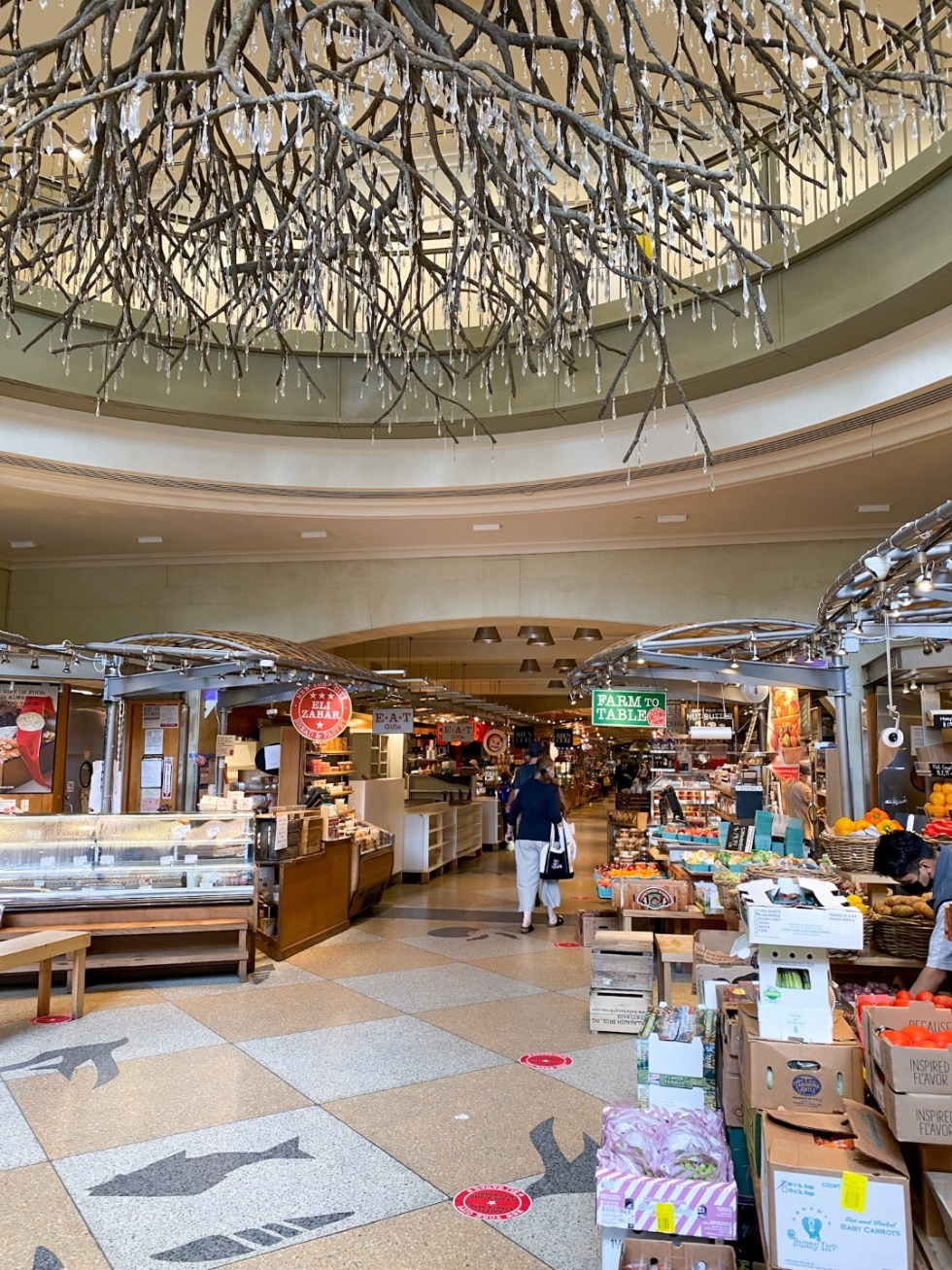 NYC Summer Weekend: Things to Do in NYC in the Summer - I'm Fixin' To - @imfixintoblog   NYC Summer Weekend by popular NC travel blog, I'm Fixin' To: image of Grand Central Terminal shops.