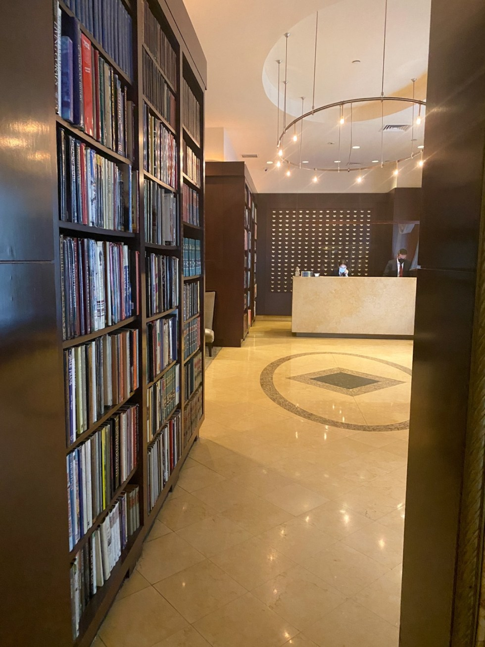 NYC Summer Weekend: Things to Do in NYC in the Summer - I'm Fixin' To - @imfixintoblog   NYC Summer Weekend by popular NC travel blog, I'm Fixin' To: image of a hotel lobby lined with floor to ceiling bookshelves.