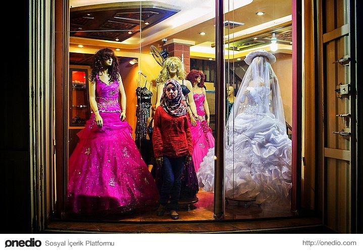 Gelinlik alışverişine giden Gazzeli kadın