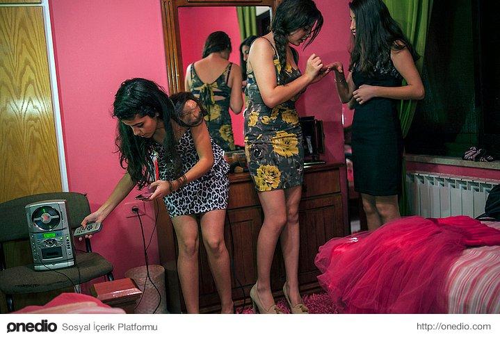 Dans için hazırlanan lise öğrencisi kızlar