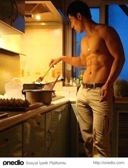 Mutfakta vakit geçiren erkek hayatın müşterek olduğunun farkındadır, evin reisi rolü kesmez.