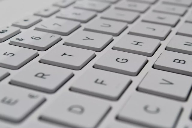 QWERTY vs AZERTY keyboards: change layout, quickly switch