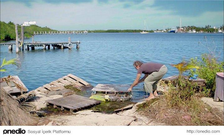 Olağan Dışı Bir Geri Dönüşüm Hikâyesi: 150.000 Pet Şişe ile Yüzen Ada Yapan Adam