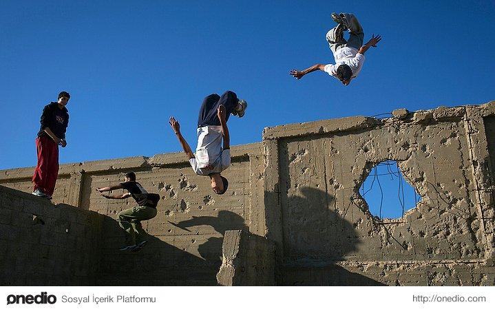 Gazze'de kaykay pratiği yapan gençler
