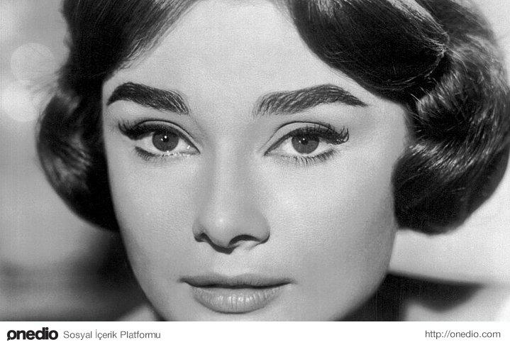 """""""Bir kadının güzelliği gözlerinde görülür. Çünkü aşkın ikamet ettiği kalbine açılan kapı, gözlerdir."""""""