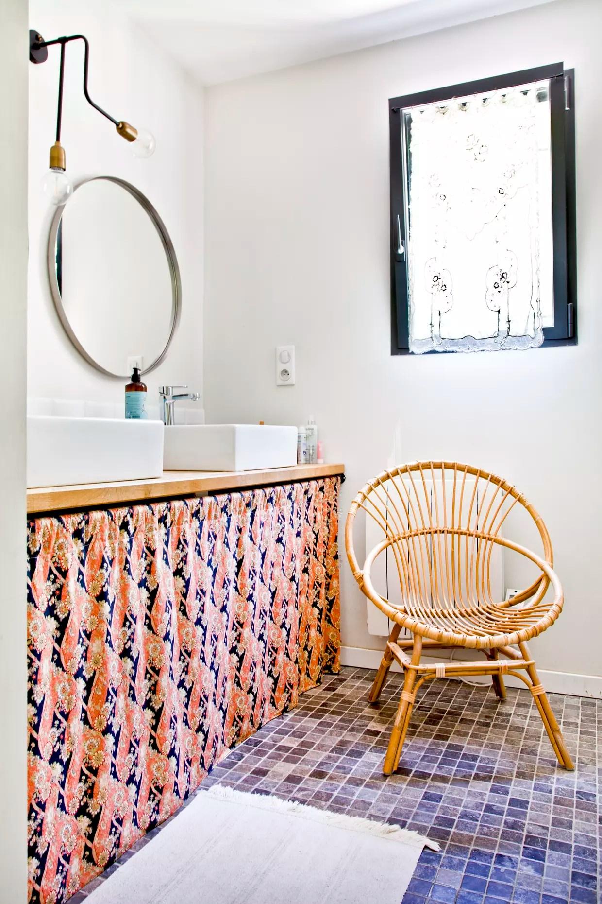 un meuble de salle de bains aux rideaux