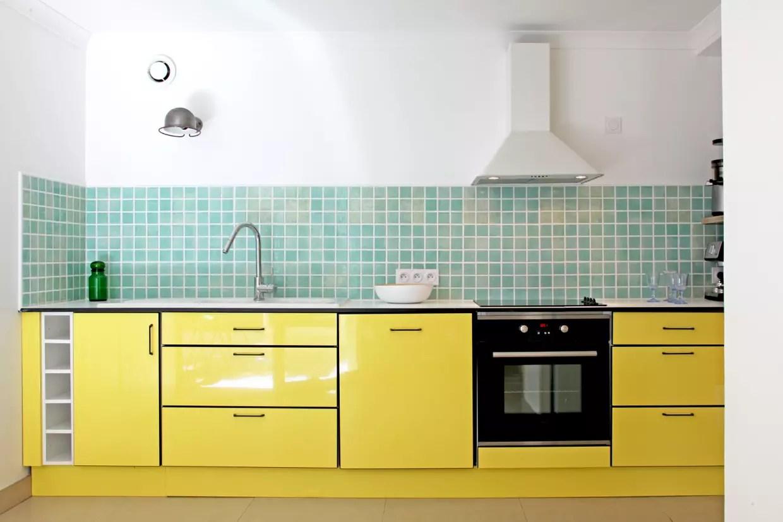 une cuisine vert d eau et jaune