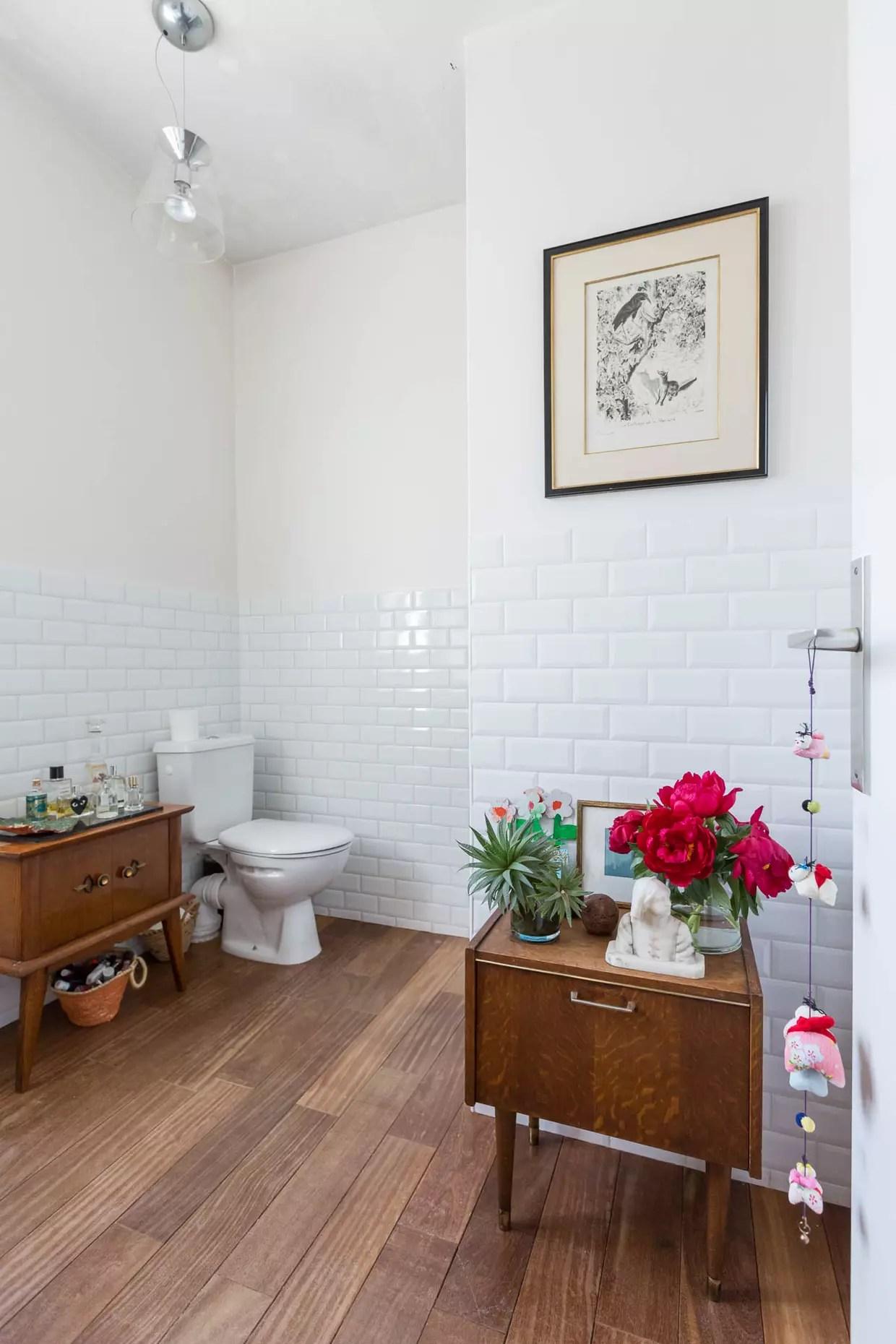 du carrelage metro blanc a mi hauteur dans les wc