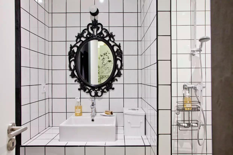 salle de bains en version noir et blanc