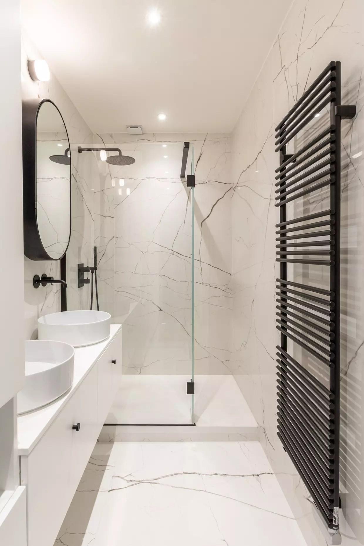 une salle d eau noire et blanche